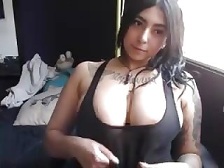 tattoued goth broad with big tits rub her pink slit on cam