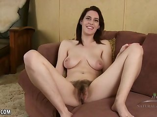 Hairy lady likes to stretch her slit